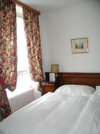 هوتل دو بوليفار: Room is clean, decoration is dated