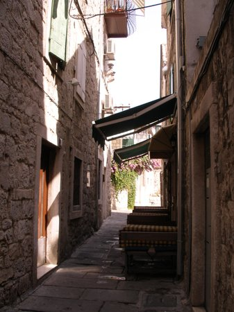 Split Central Apartments: Alley way to accom.