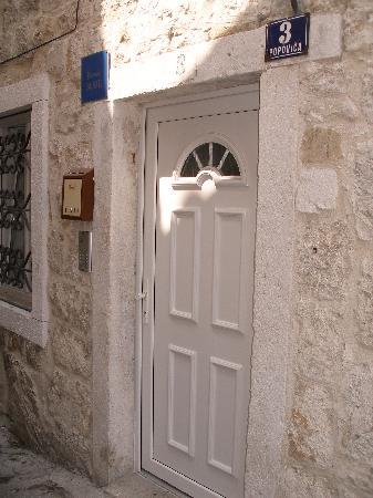 Split Central Apartments : Door 1