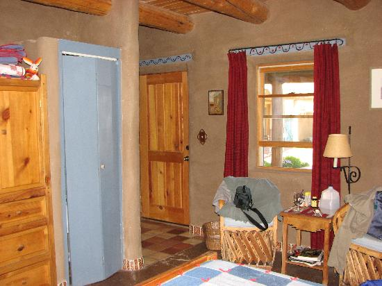 Little Tree Bed & Breakfast: Inside Pinon Entrance