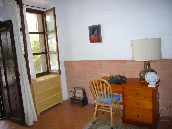 Casa Carmen: Window and desk