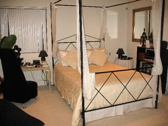 A TreeHouse Bed and Breakfast: Treetop Suite bedroom