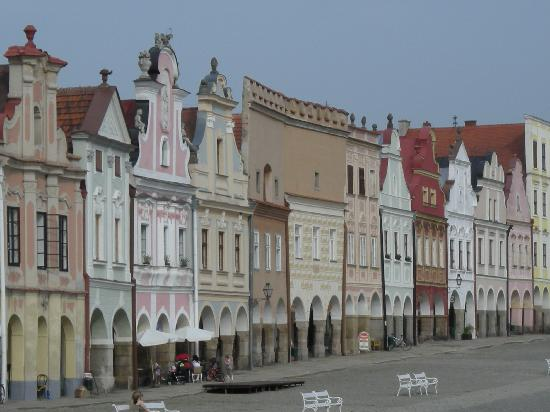 Hotel Telc: Colorful buildings in Telc's main square