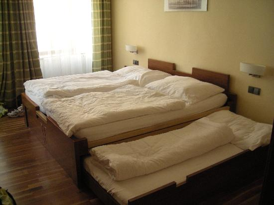 Double bed, with trundle bed pulled out   Picture of Pension Na