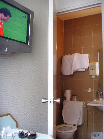 Victoria Hotel: The tv and bathroom