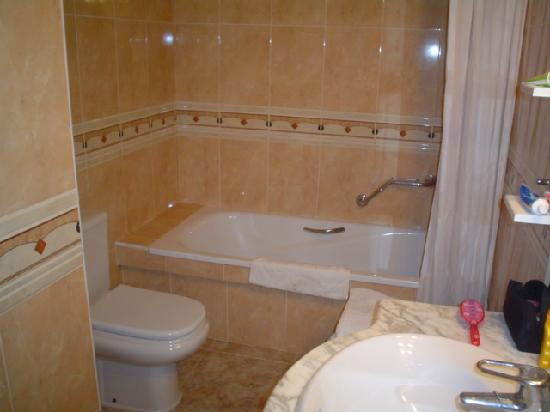 Imperial Apartments: Bathroom