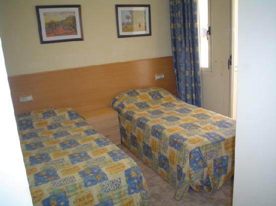 Imperial Apartments: Twin bedroom