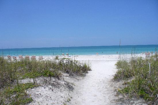Wicker Inn Beach Resort: Beach Behind Wicker In