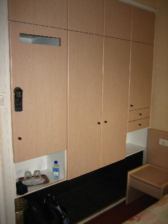 Jason Inn : Closets and storage in the double room