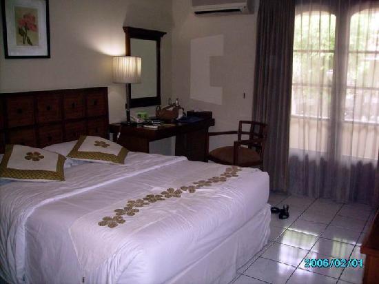 Hotel Bumi Sawunggaling: the room