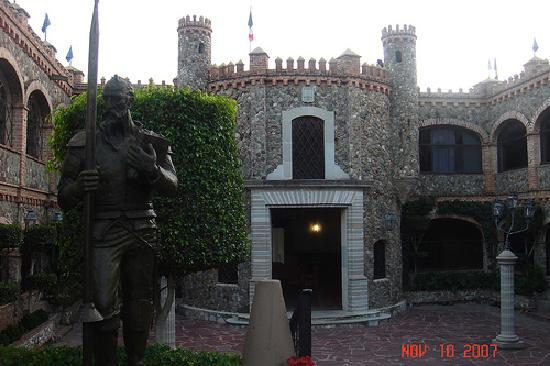 Castillo Santa Cecilia Hotel: Castle