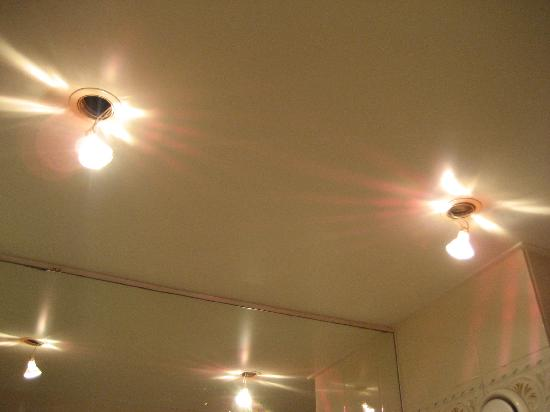 Best Western Hôtel Gaillon Opéra : hanging lightbulbs in the bathroom