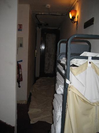 Best Western Hôtel Gaillon Opéra : Dust sheets alongside clean sheets!