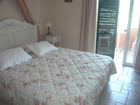 San Antonio Corfu Resort: bedroom at a&a