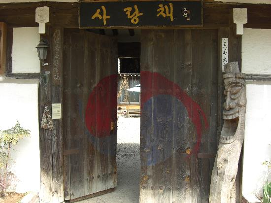 Sa Rang Chae Guesthouse: The gate to the courtyard