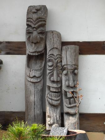 Sa Rang Chae Guesthouse: Some carvings in the courtyard