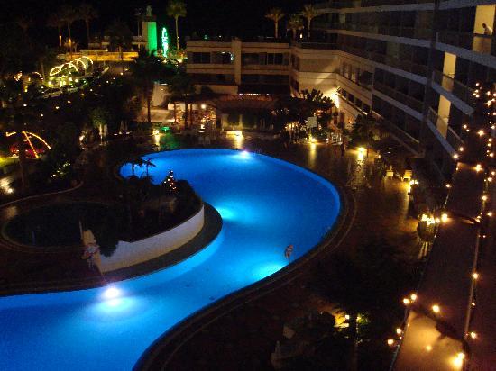 Palm Beach Tenerife: pool area at night