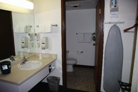 Elk Country Inn: Sink outside bathroom
