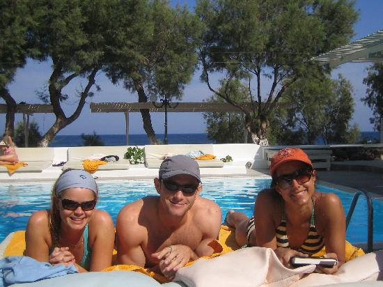 Bellonias Villas: friends at the pool