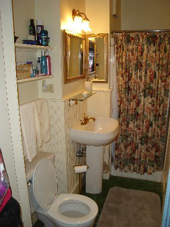 Maples Inn: White Birch Bathroom
