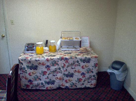 Knights Inn Memphis : Continental breakfast bar