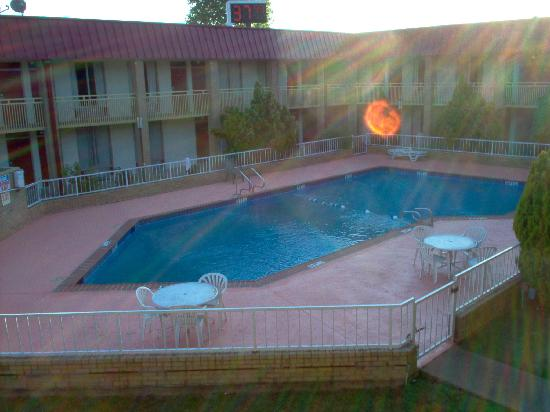 Knights Inn Memphis : Pool that had just been spray painted