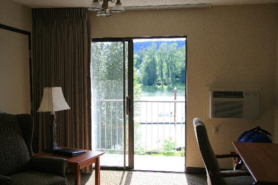 BEST WESTERN Plus Rivershore Hotel: Looking out the sliding glass door