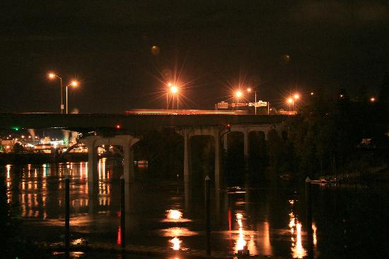 Best Western Plus Rivershore Hotel: Night view of freeway bridge over river