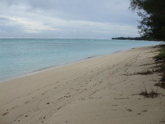 Bella Beach Bungalows: Beach to right at Bella Beach