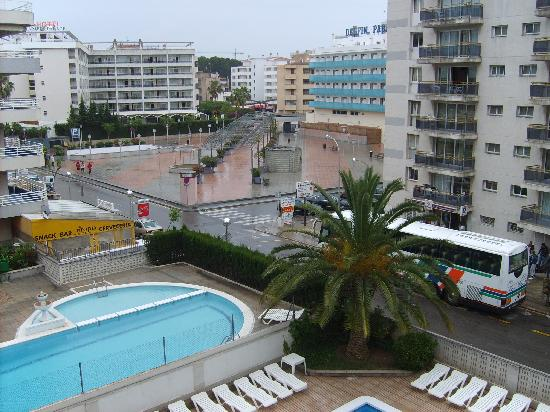 Apartaments CYE Salou: View from balcony of quiet square