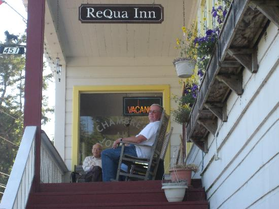 Historic Requa Inn: Relaxing on the front porch
