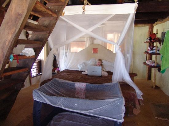 Cabanas La Luna : King bed and stairs to loft