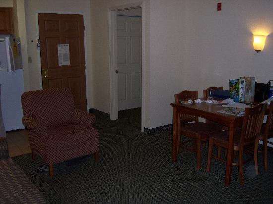 Staybridge Suites Vancouver - Portland Area : 2 bedroom suite living room
