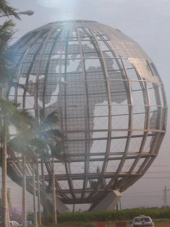 Manila, Filippinerna: The globe at the entrance of SM Mall of Asia