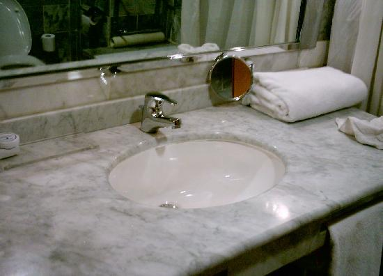 Hotel Asmara Palace: Clean marble tiled bathroom