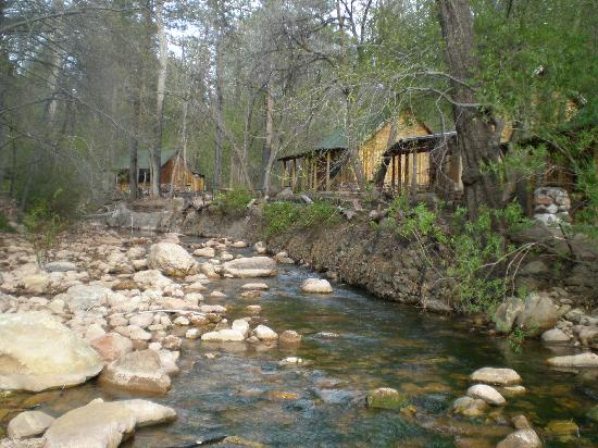 Christopher Creek Lodge: Cabins on the creek