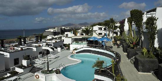 Morana Apartments: Moraña Apartments. View of pool and pool bar and sunbathing terrace.