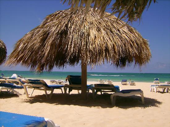 Tropical Princess Beach Resort & Spa: Hotel Beach