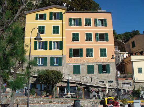 Hotel Pasquale : Hotel Pasqual on the right (Peach)