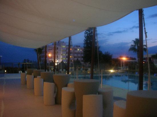Napa Mermaid Hotel and Suites: Outside of Main Bar at Night