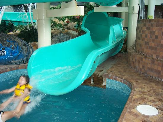 Travelodge Hotel Saskatoon: flying down the waterslide!