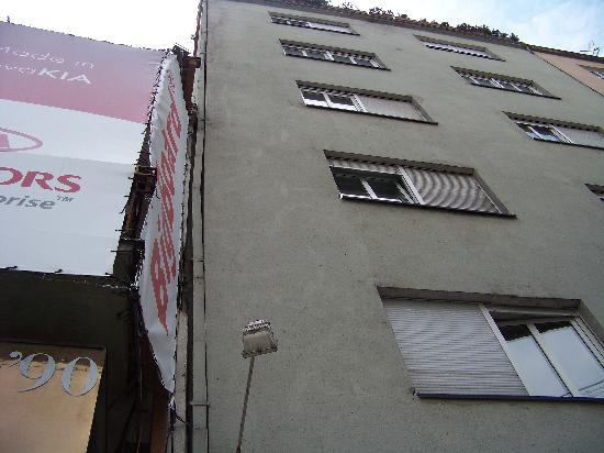 Downtown Backpackers Hostel : outside of the building