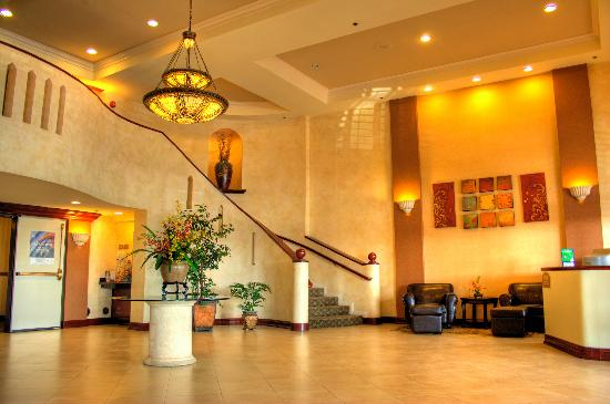 BEST WESTERN PLUS Anaheim Orange County Hotel: Holiday Inn Lobby