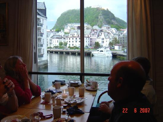 Hotel Brosundet, an Ascend Hotel Collection Member: breakfast view