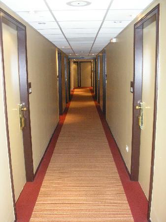 Hotel des Trois Couronnes: Clean secure corridor to room
