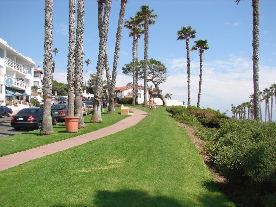 Beachcomber Inn: View of the Beachcomber from near the entrance to the beach and pier
