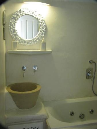 Rania Apartments: the bathroom