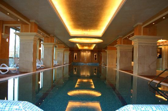Sunset Resort: Indoor pools