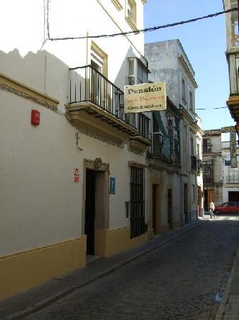 Las Palomas Hostal: street outside