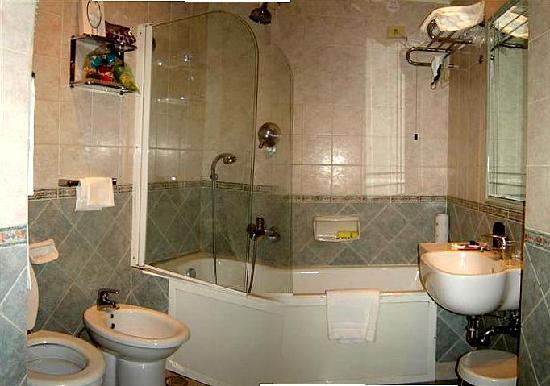 Hotel Regno: Baño